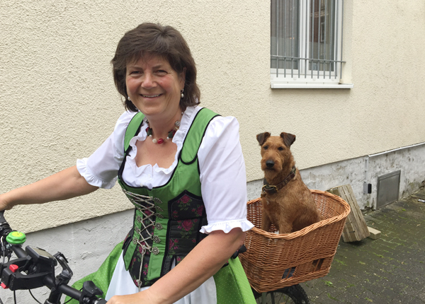 Irmgard Haybach mit Hündin Sonja